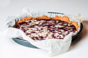 wegańska tarta malinowa z płatkami migdałowymi
