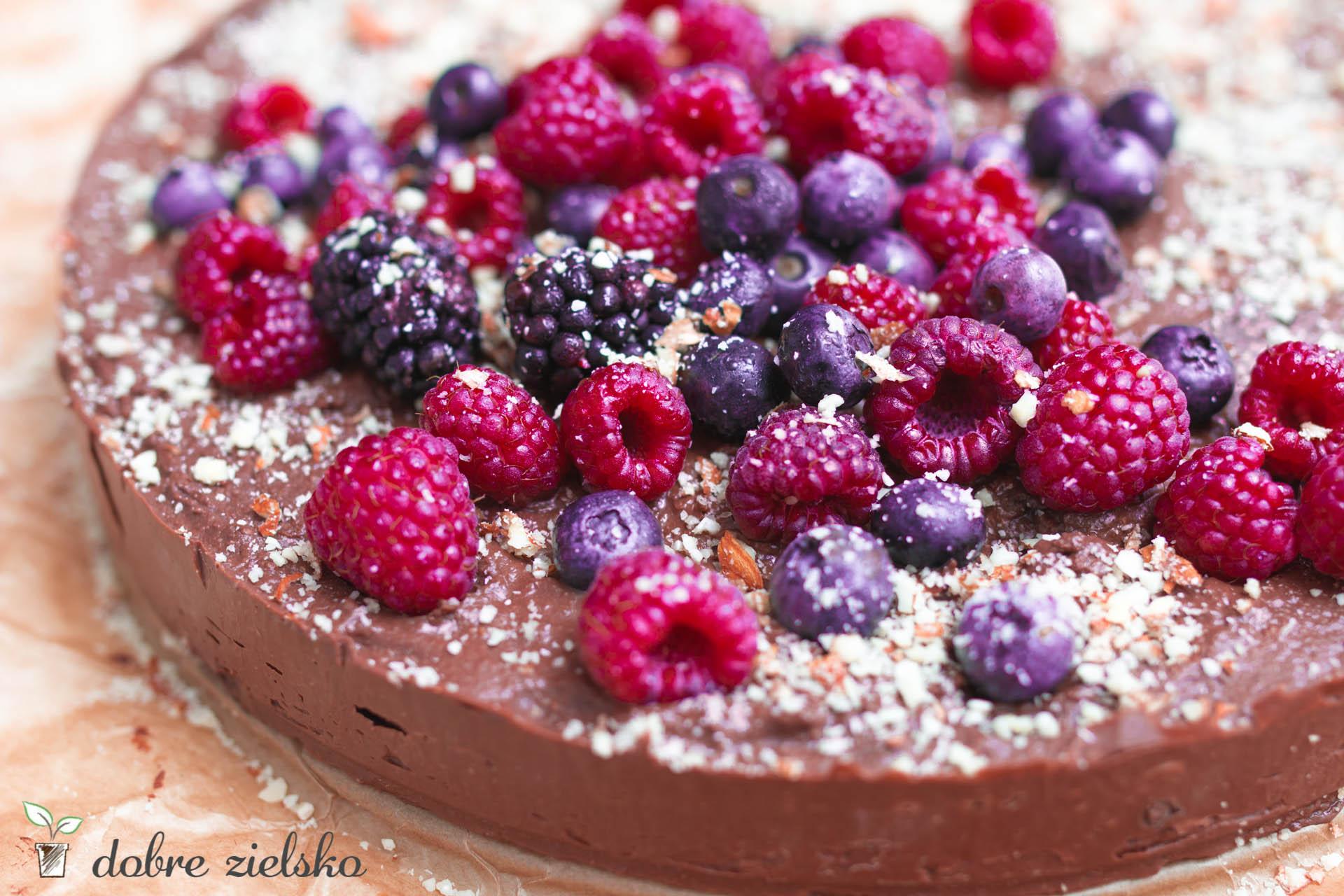 bezglutenowy wegański czekoladowy jagielnik z malinami i migdałami na zimno bez pieczenia