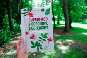 Książka superfood z ogrodów, łąk i lasów