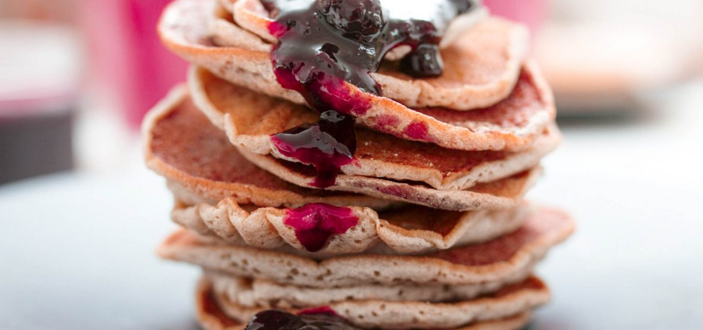 wegańskie bezglutenowe pancakes z porzeczkami