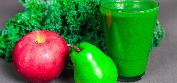 Domowy świeży sok z jarmużu, trawy pszenicznej, gruszki i jabłka wyciśnięty w wytłaczarce do soków