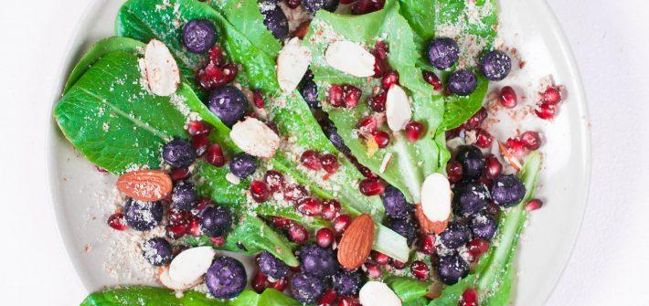 wegańska bezglutenowa sałatka z migdałami, borówkami i granatem