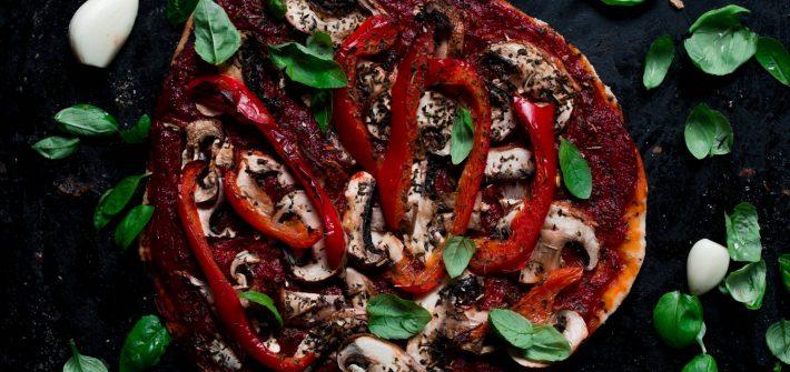 wegańska pizza na orkiszowym spodzie bez sera