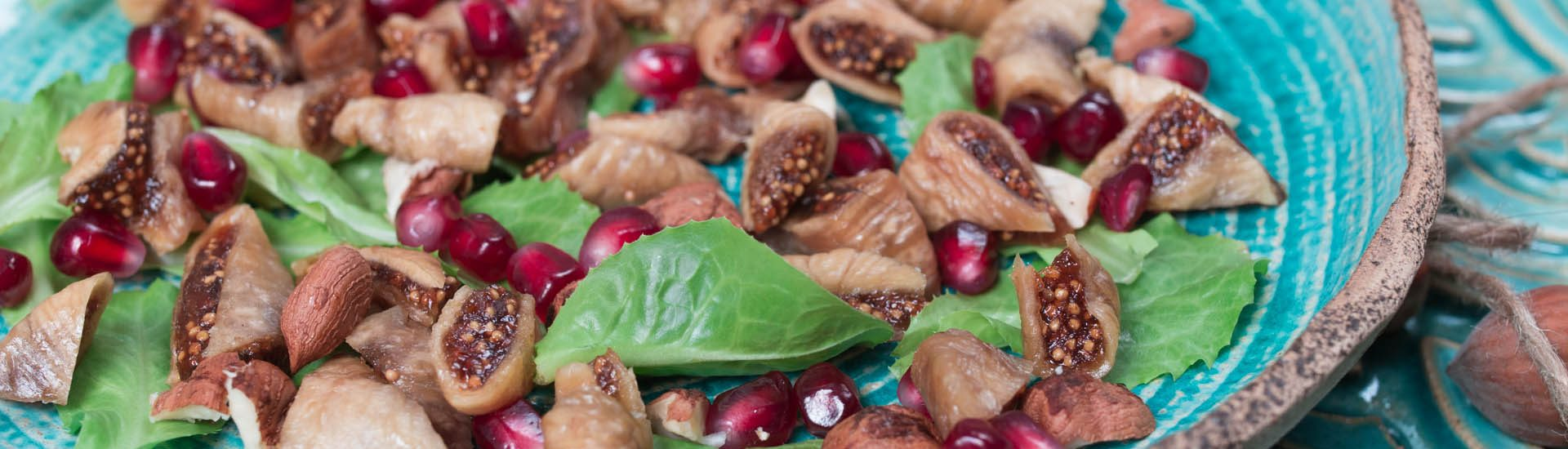 wegańska bezglutenowa sałatka z figami, orzechami laskowymi i granatem