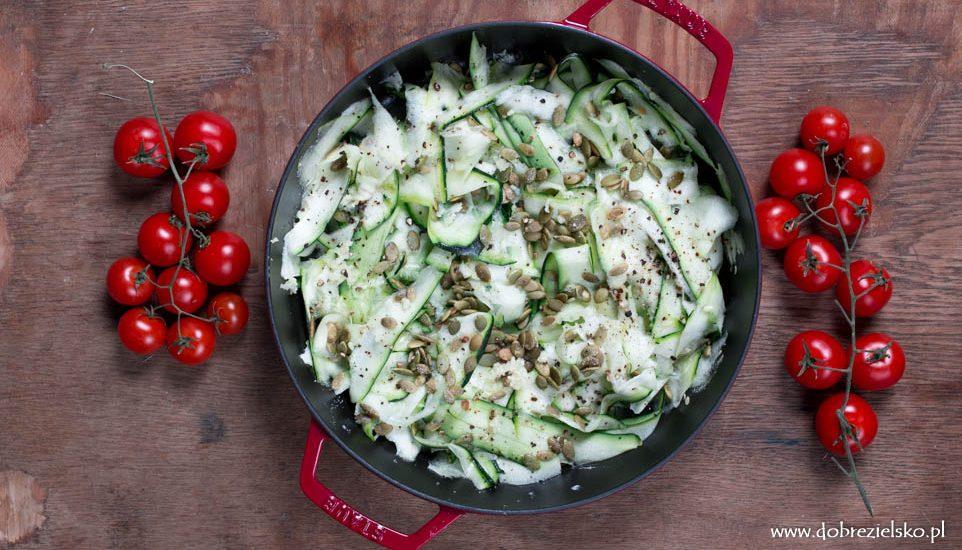 wegańska bezglutenowa kolacja cukinia z pestkami dyni w oliwie