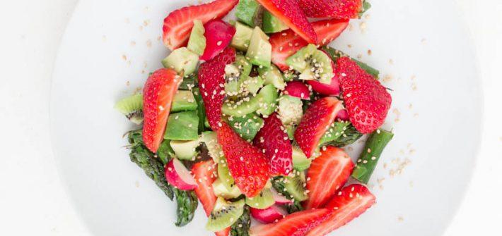 Sałatka z truskawkami i zielonymi szparagami