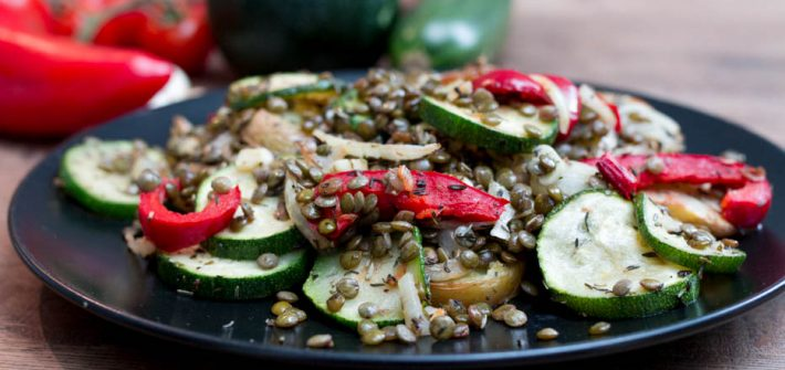 Pieczone warzywa z soczewicą, oliwą i ziołami