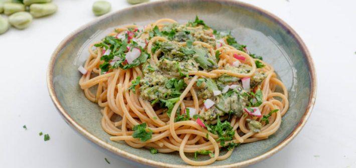 razowe spaghetti z pesto z liści rzodkiewki wegańskie bezglutenowe