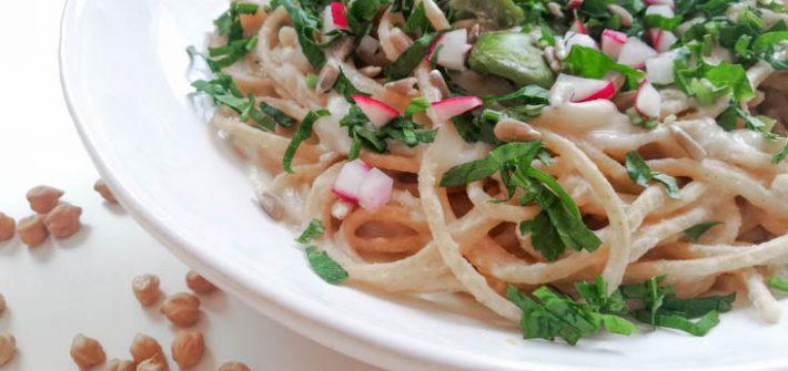 pełnoziarniste spaghetti z wegańskim sosem serowym z płatków drożdżowych