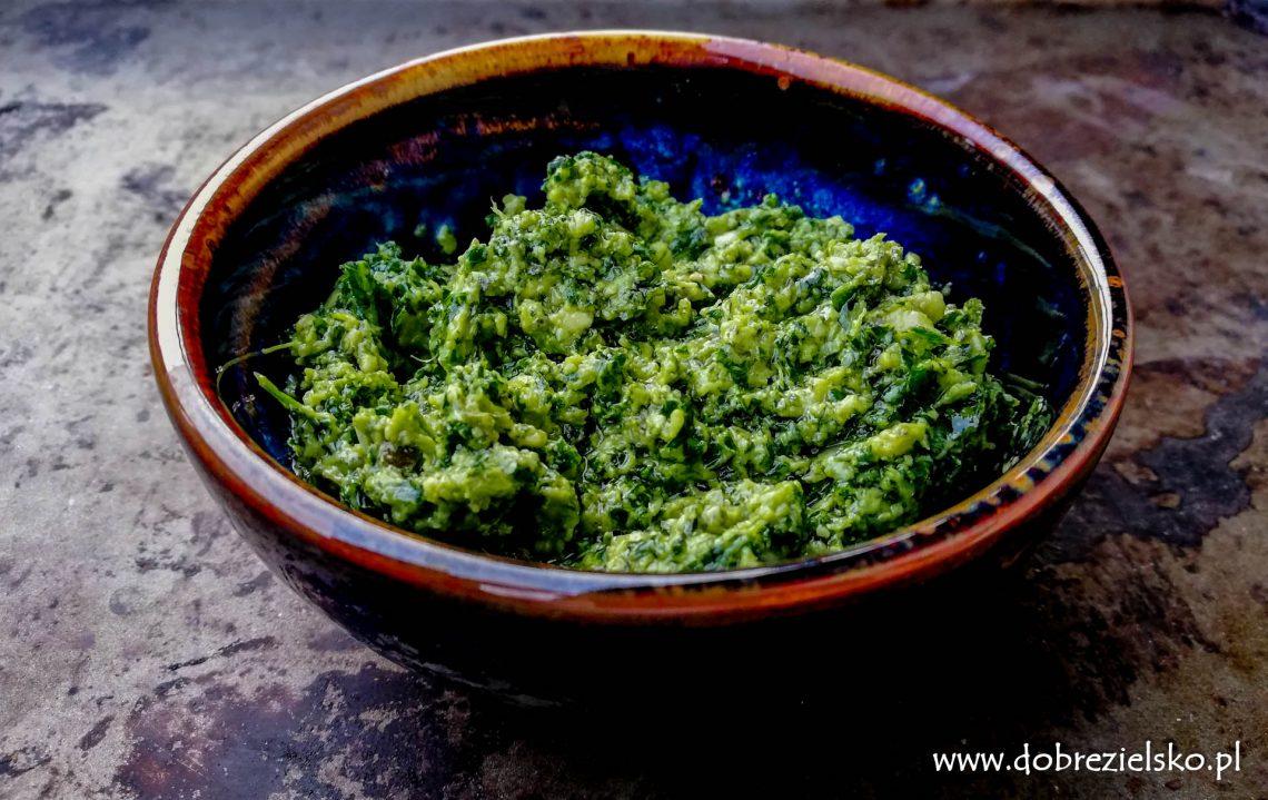 domowe bezglutenowe wegańskie pesto jarmużowe z orzechami włoskimi