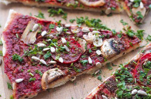 Wegańska pizza marinara z oliwą z oliwek i rukolą