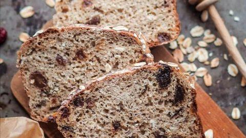 wegański orkiszowy chleb bakaliowy