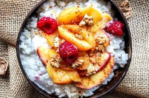 deser wegański bezglutenowy sticky rice z brzoskwiniami i malinami