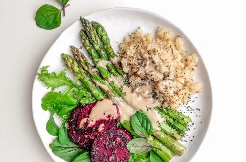zielone szparagi komosa ryżowa quinoa obiad wegański bezglutenowy pieczone buraki