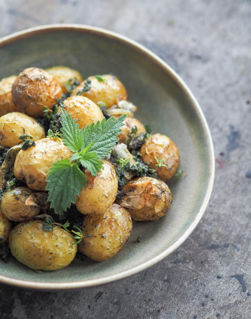 młode pieczone ziemniaki z pokrzywą i innymi ziołami