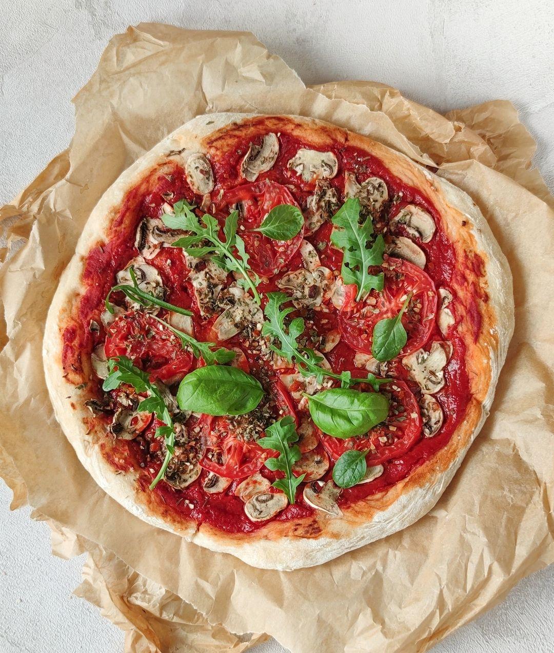 Wegańska pizza bez sera marinara z oliwą z oliwek i rukolą